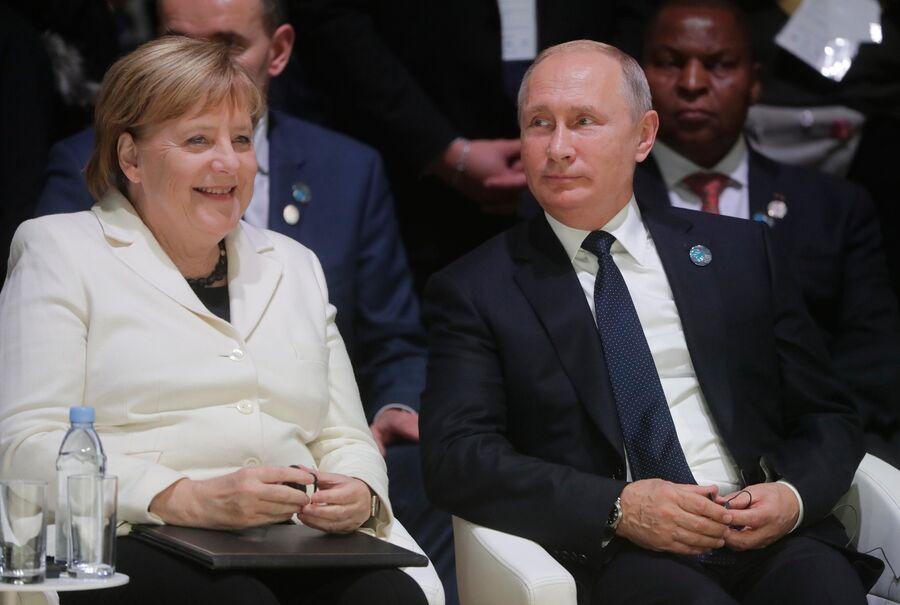 Президент РФ Владимир Путин и канцлер ФРГ Ангела Меркель на Парижском форуме мира. 11 ноября 2018