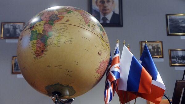 Географический глобус в кабинете дипломата в представительстве МИД России в детском городе мастеров Мастерславль в Москве