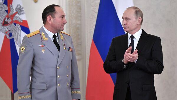 Президент РФ Владимир Путин и Геннадий Жидко (слева) на церемонии вручения государственных наград военнослужащим Вооруженных сил РФ. Архивное фото