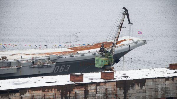 Крейсер Адмирал Кузнецов у причала 35-го судоремонтного завода в Мурманской области. Архивное фото