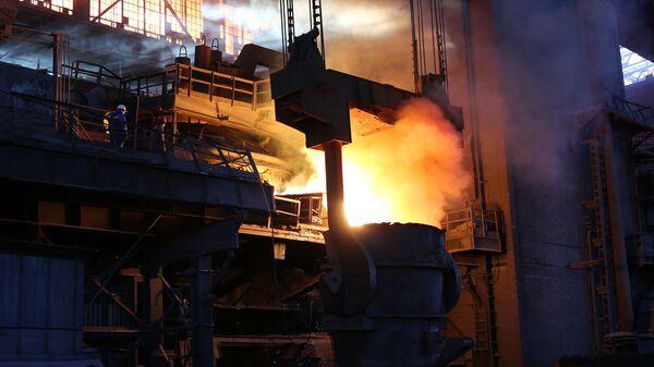 Рабочие в цехе доменной выплавки металла металлургического завода Красный Октябрь в Волгограде