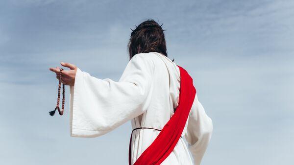 Мужчина в образе Иисуса Христа