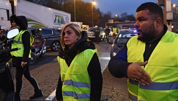 Протестующие во время акции Желтые жилеты во Франции. 17 ноября 2018