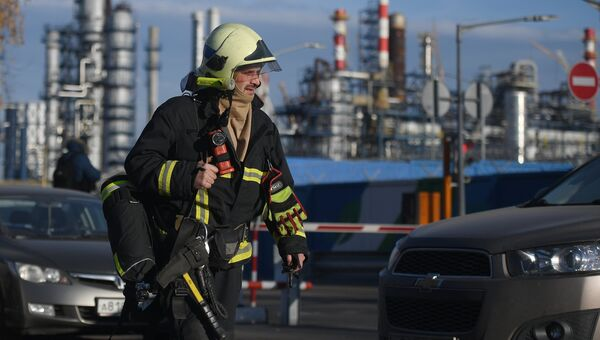 Сотрудник пожарной службы у Московского нефтеперерабатывающего завода в Капотне, где произошел пожар. 17 ноября 2018