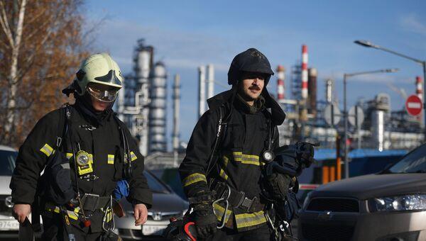 Сотрудники пожарной службы у Московского нефтеперерабатывающего завода в Капотне, где произошел пожар