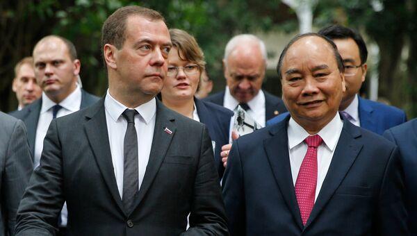 Председатель правительства РФ Дмитрий Медведев и премьер-министр Вьетнама Нгуен Суан Фук на территории Президентского дворца после российско-вьетнамских переговоров в Ханое. 19 ноября 2018