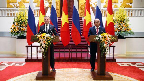 Председатель правительства РФ Дмитрий Медведев и премьер-министр Вьетнама Нгуен Суан Фук в Ханое. 19 ноября 2018