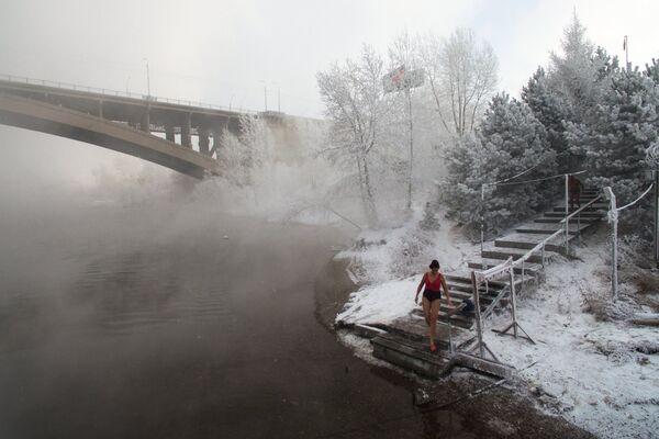 Участники клуба зимнего плавания Криофил открывают купальный сезон в реке Енисей в Красноярске