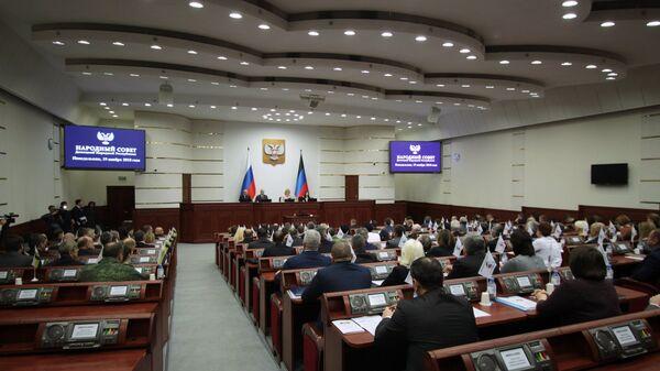 Депутаты во время заседания парламента Донецкой народной республики
