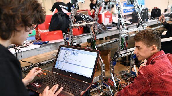 Участники робототехнического фестиваля. Архивное фото