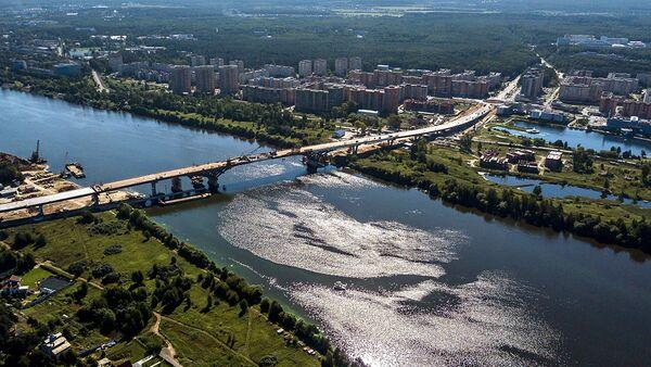 Строительство автомобильного моста через реку Волгу. Архивное фото