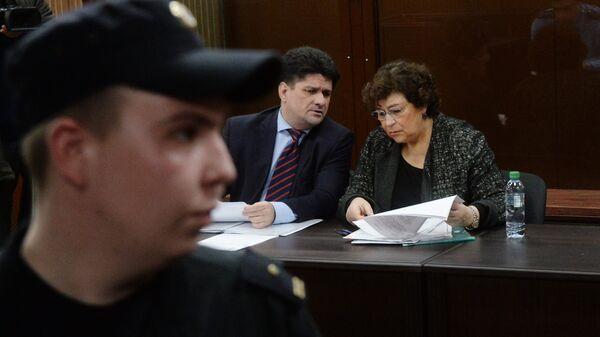 Адвокат Вадим Прохоров и главный редактор журнала The New Times Евгения Альбац в суде