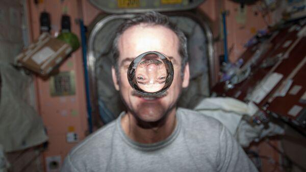 Астронавт Кристофер Хэдфилд демонстрирует водяной пузырь в невесомости на МКС
