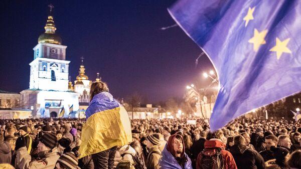 Участники акции в поддержку евроинтеграции Украины на Михайловской площади в Киеве
