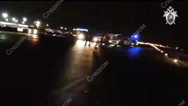 Стоп-кадр видео СК РФ с места обнаружения тела мужчины на взлетно-посадочной полосе аэропорта Шереметьево