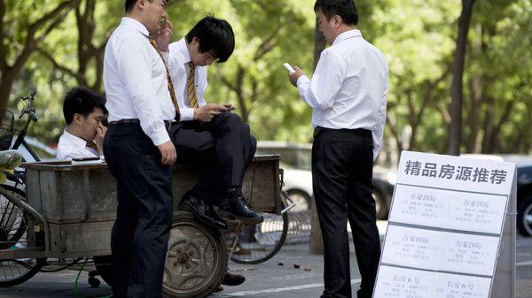 Офисные работники во время перерыва на улице Пекина, КНР