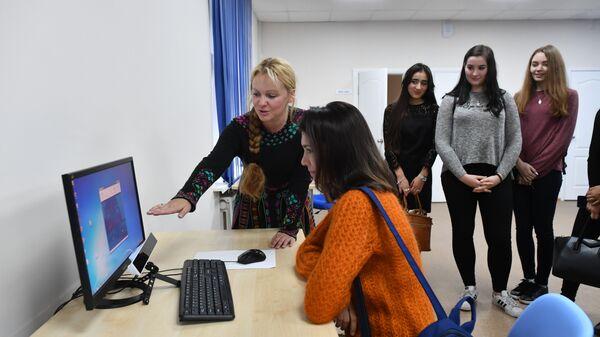 Cтарший научный сотрудник Центра «ПРО PSY» показывает работу программы распознавания эмоций