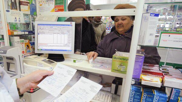 Сотрудник одной из аптек проверяет рецепты на лекарственные средства. Архивное фото