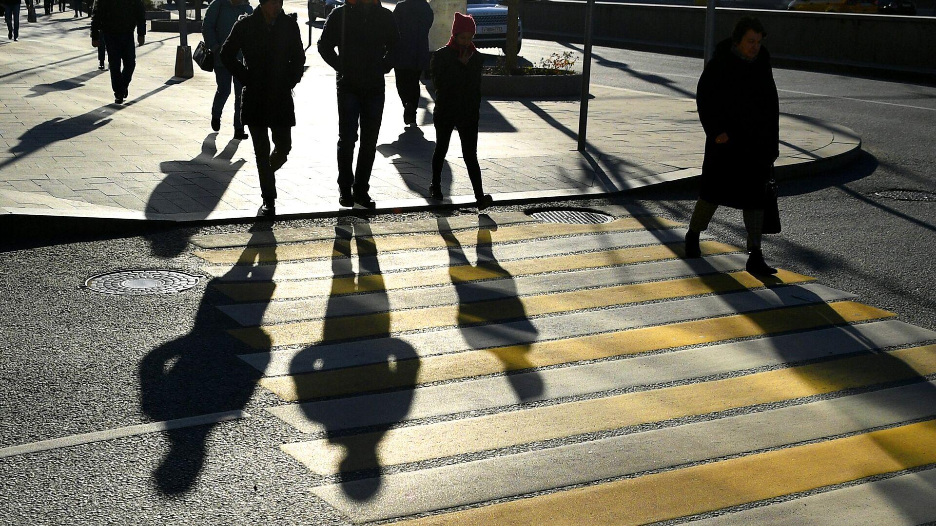 Прохожие на одном из пешеходных переходов в Москве - РИА Новости, 1920, 17.09.2021