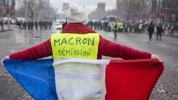 Участник акции протеста против роста цен на бензин желтые жилеты в Париже
