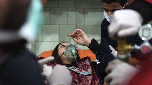 Помощь пострадавшим после обстрела Алеппо снарядами с отравляющими веществами, Сирия. Архивное фото