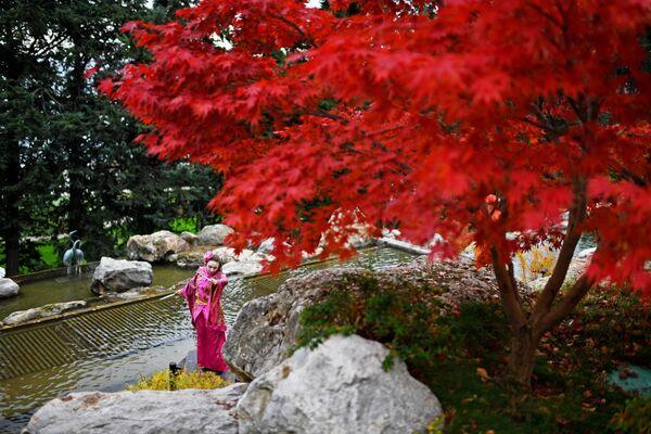 Артистка выступает на открытии Японского сада на территории парка Айвазовское