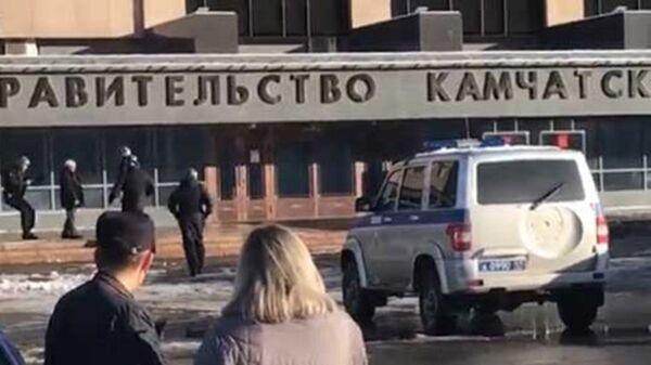 Мужчина с обрезом у здания правительства Камчатского края. 18 ноября 2018