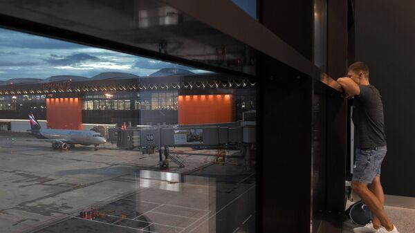 Пассажир в зале ожидания аэропорта