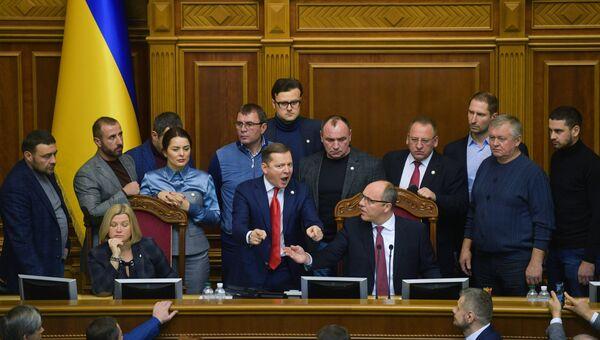 Лидер Радикальной партии Олег Ляшко с однопартийцами на заседании Верховной рады Украины. 26 ноября 2018