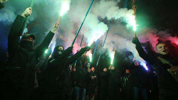 Украинские националисты проводят митинг возле Верховной рады с требованием принятия введения военного положения в Украине. 26 ноября 2018