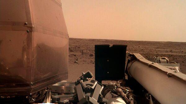 Фотография, сделанная камерой спускаемого модуля InSight после посадки на Марс. 26 ноября 2018