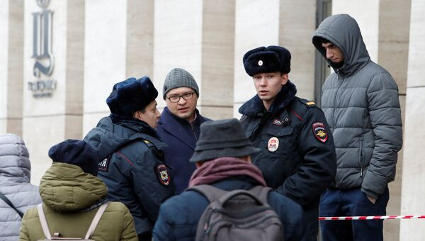 Полицейский у торгового центра Цветной в Москве