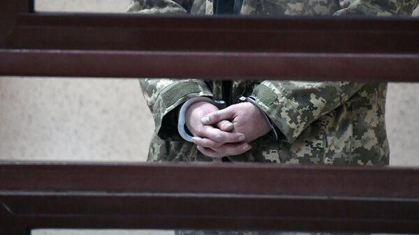 Наручники на руках одного из задержанных моряков