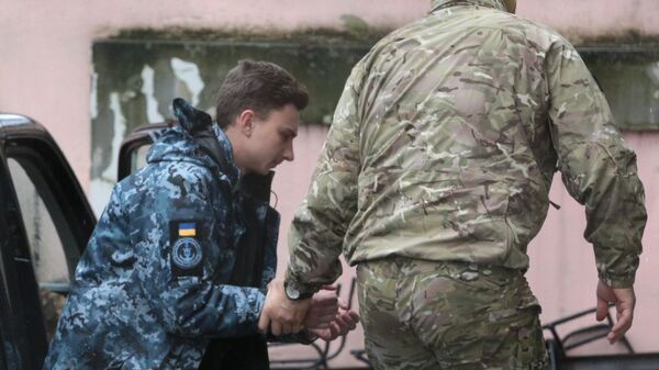 Задержанный матрос Андрей Эйдер у суда Симферополя