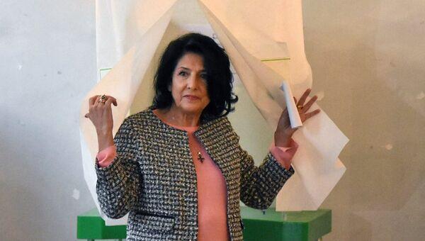 Независимый кандидат на пост президента Грузии Саломе Зурабишвили голосует на одном из избирательных участков в Тбилиси