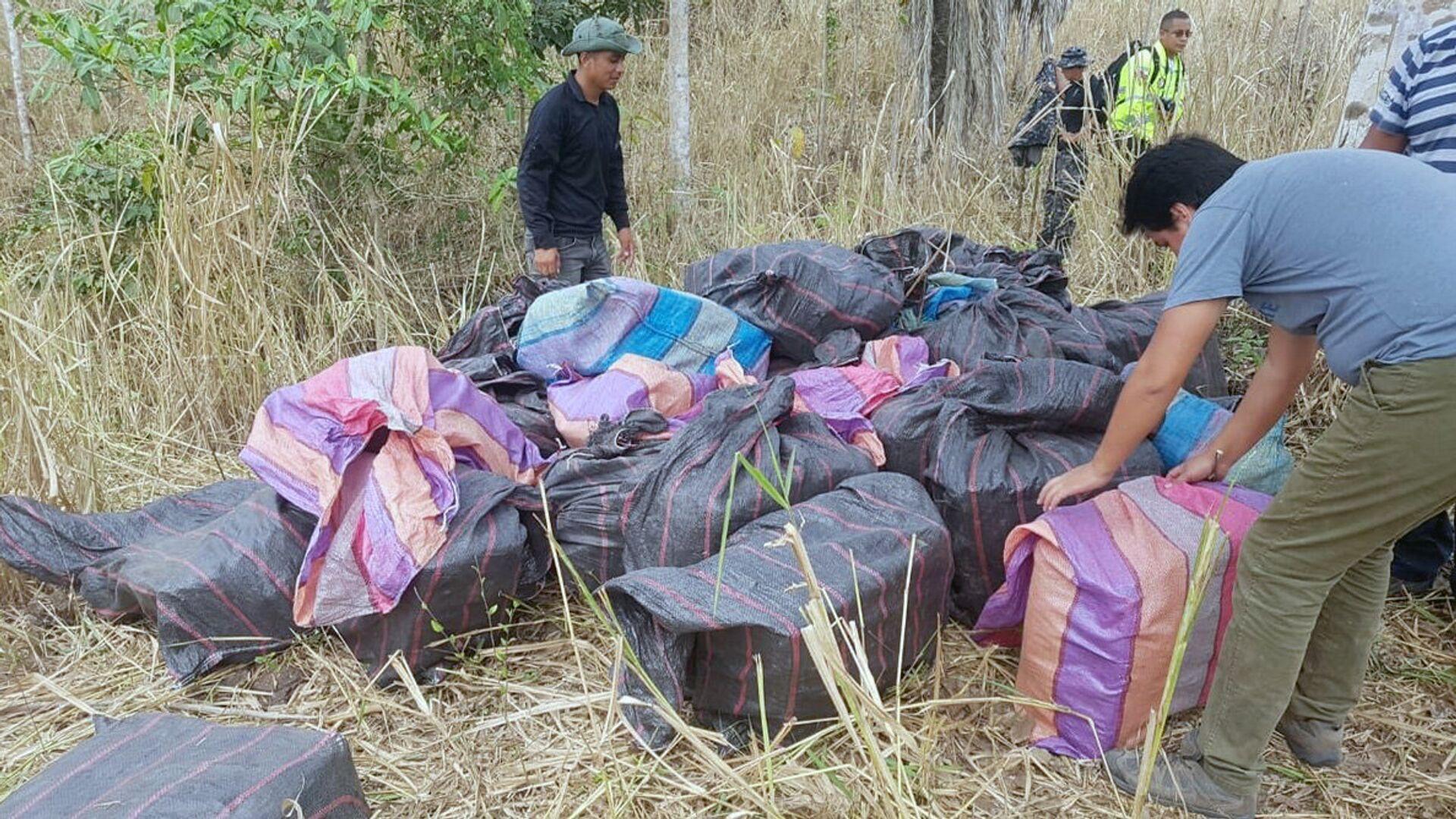 Сотрудники прокуратуры и полиции Эквадора во время изъятия двух с половиной тонн кокаина в провинции Манаби. 29 ноября 2018 - РИА Новости, 1920, 28.07.2021