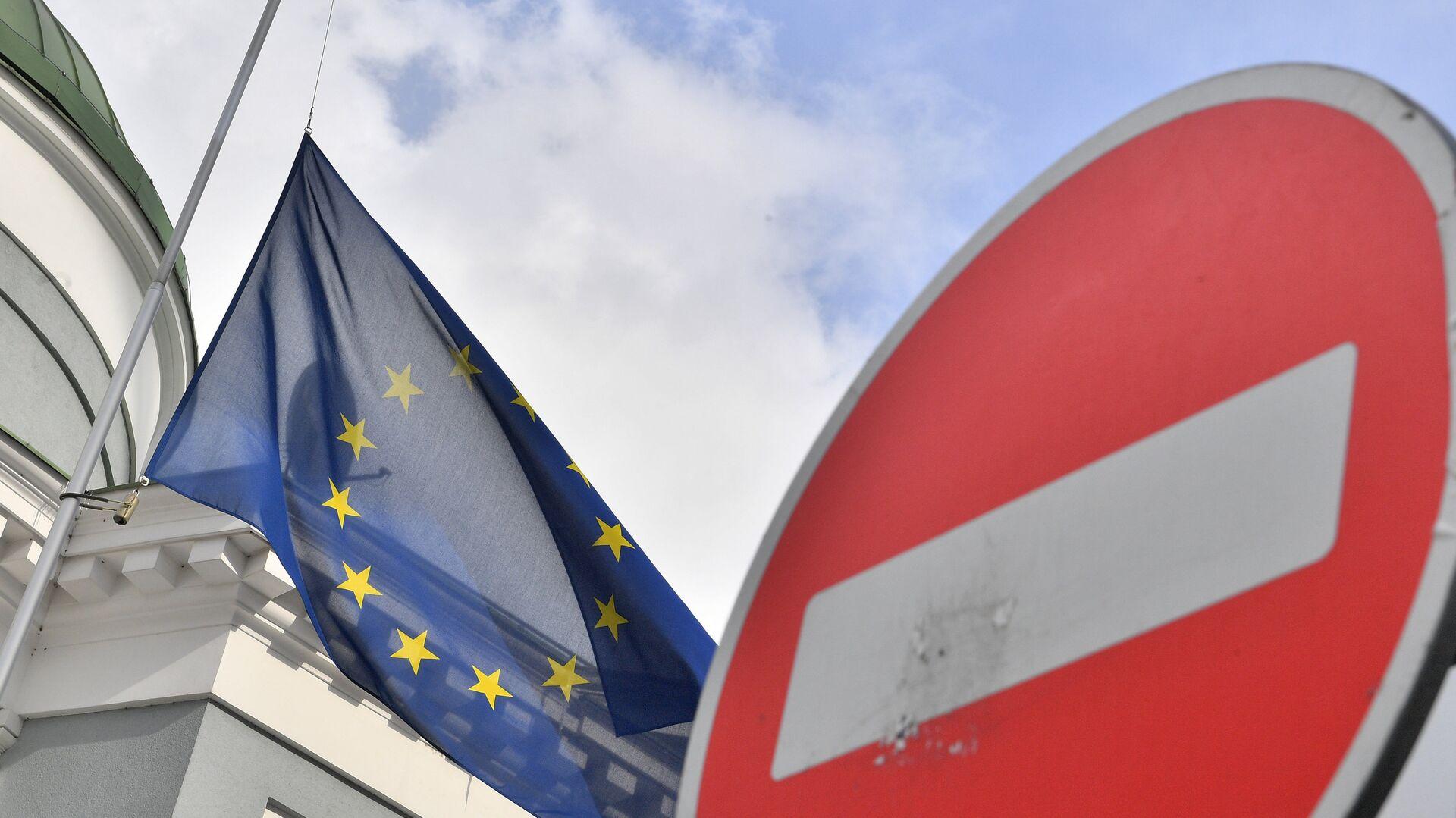 Флаг ЕС у здания представительства Европейского Союза в Москве - РИА Новости, 1920, 12.11.2020