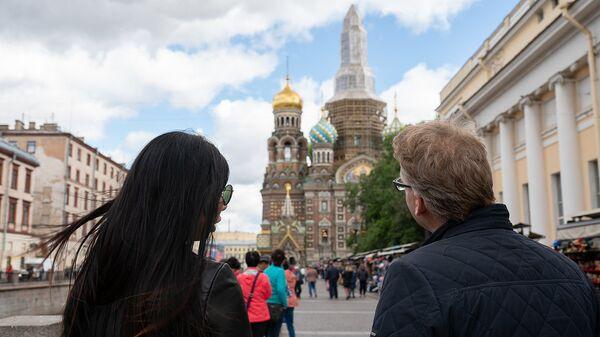 Туристы на улице Санкт-Петербурга