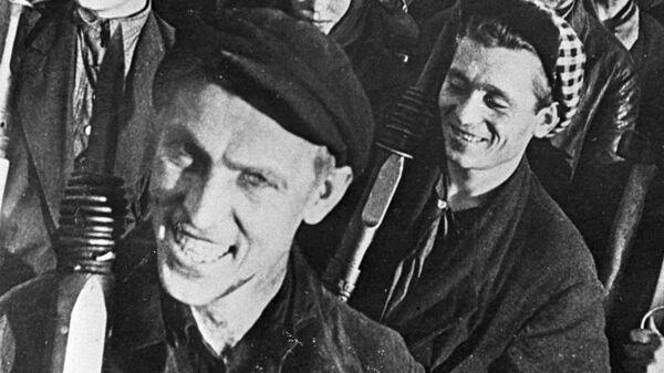 Алексей Стаханов, новатор угольной промышленности, основоположник Стахановского движения, среди шахтеров Донбасса. Украинская ССР