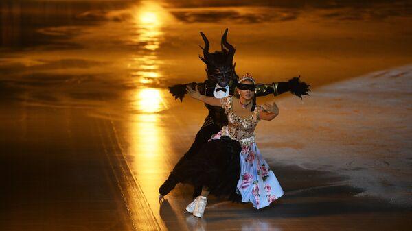 Артисты мюзикла Аленький цветочек на торжественном открытии ГУМ-катка на Красной площади в Москве