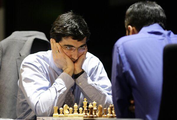 Владимир Крамник (слева) и Виши Ананд в матче за звание абсолютного чемпиона мира по шахматам