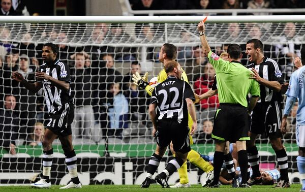 Удаление Хабиба Бейе (слева) из Ньюкасла в матче Премьер-Лиги Ньюкасл - Манчестер Сити