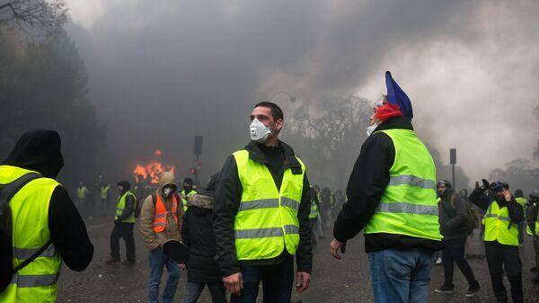 Акция протеста автомобилистов жёлтые жилеты в Париже.  Архивное фото