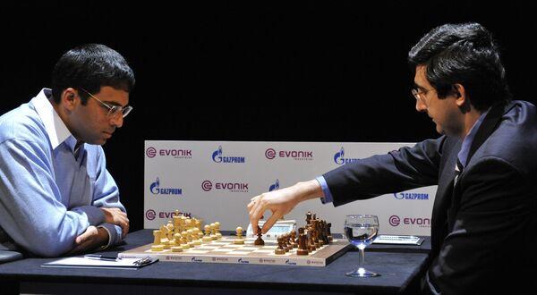 Вишванатан Ананд (слева) и Владимир Крамник во время 7-й партии за звание чемпиона мира