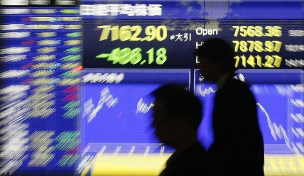 Показатели биржевых индексов на экране в Токио