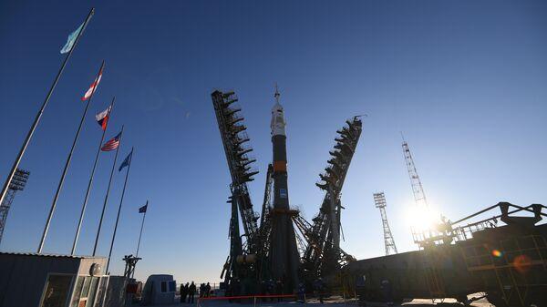 Установка ракеты-носителя Союз-ФГ с пилотируемым кораблем Союз МС на стартовый стол первой Гагаринской стартовой площадки космодрома Байконур