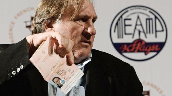 Актер Жерар Депардье демонстрирует паспорт гражданина Российской Федерации