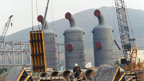 Строительство завода по сжижению газа, архивное фото