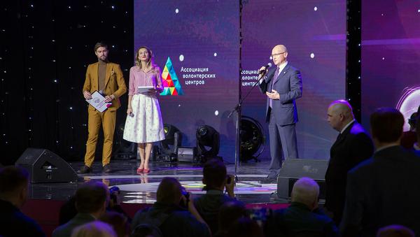 Кириенко призвал журналистов не прекращать освещать деятельность волонтеров
