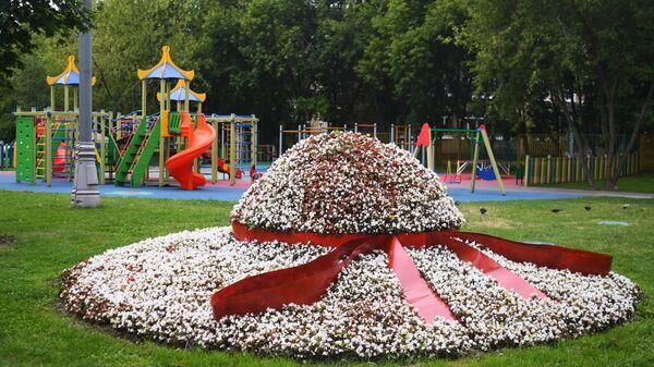 Цветочная клумба в форме шляпы в одном из дворов района Нагатинский затон в Москве